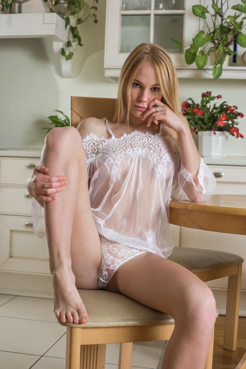 Runa ninfeta sexy de lingerie bem safadinha e com tesão delicia