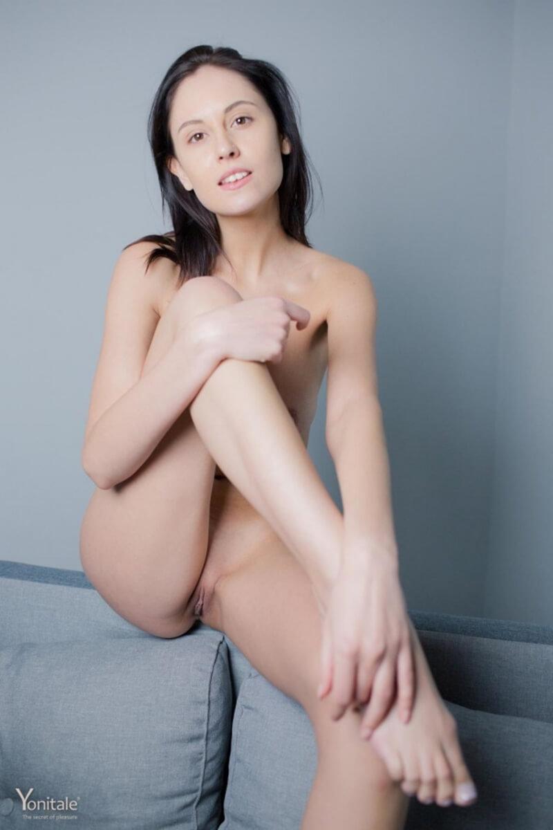 Uma bela mulher com seios pequenos lindos e um rosto maravilhoso.