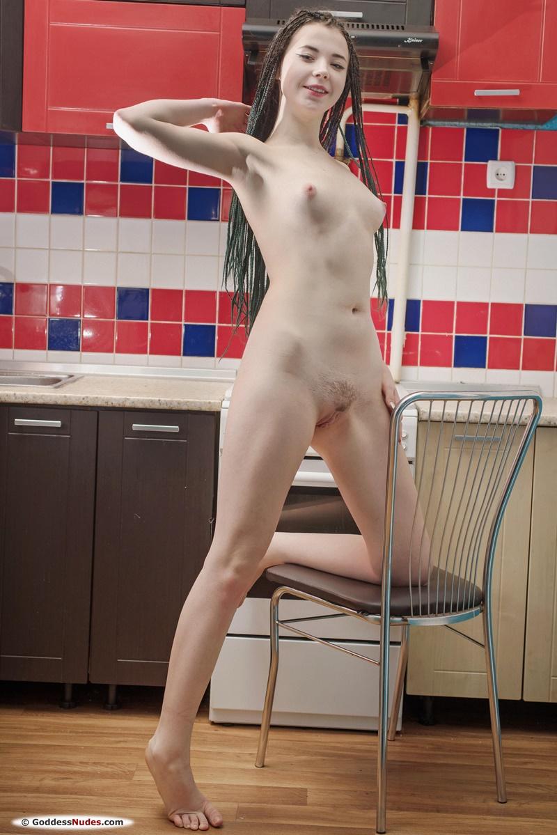 Novinha safada de quatro pelada mostrando a buceta delicia