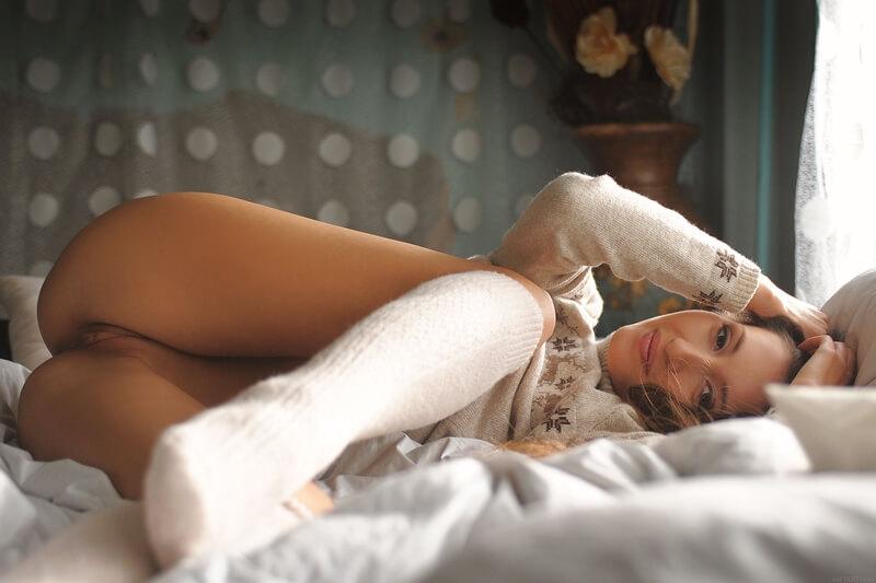 Ninfetinha safada e muito linda mostrando a bucetinha raspad
