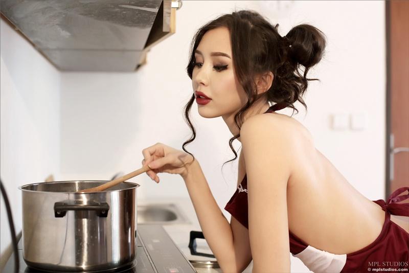 Sakura oriental gostosa peladinha na cozinha ninfeta e safada
