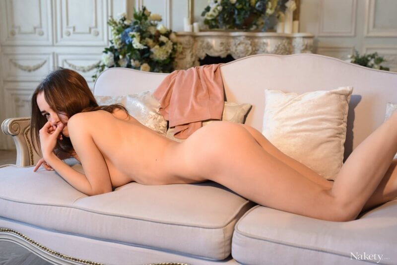 Magrinha bem gostosa mostrando seu lindo corpinho peladinha.