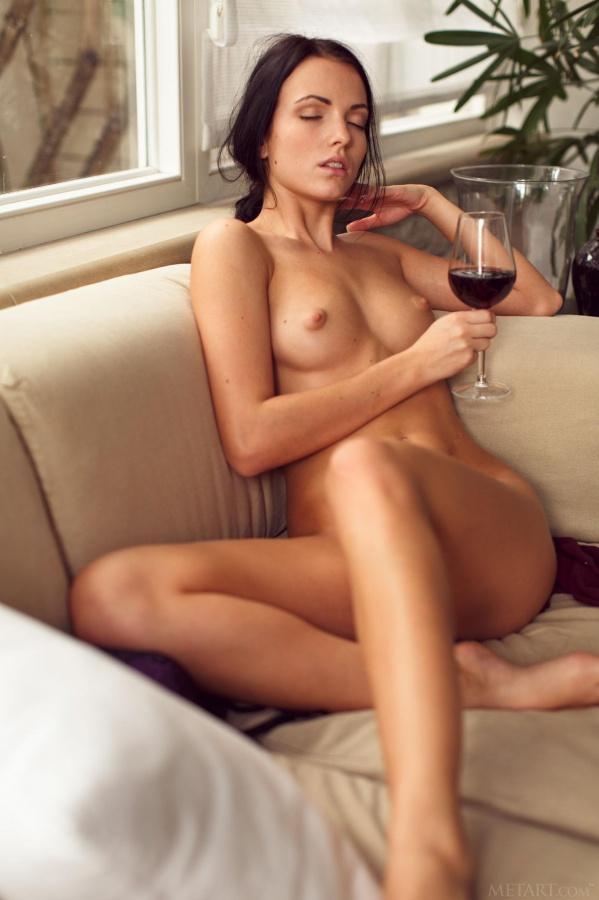 Morena gostosa muito linda peladinha muito delicia tomando v