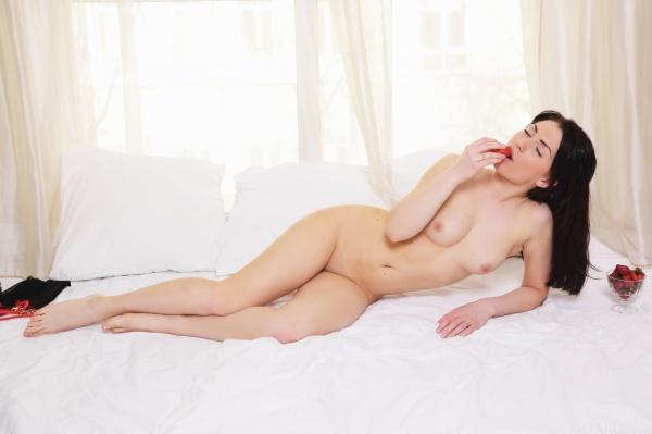 Moreninha linda com um belo corpo e uma carinha de safada.