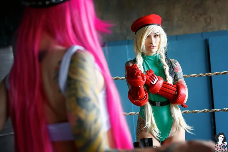 Sashabrink and Lure Suicide Girls cosplay da Cammy e da Poison do Street Fighter peladinhas