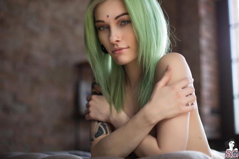 Magrinha linda com seios pequenos perfeitos e muito sensual