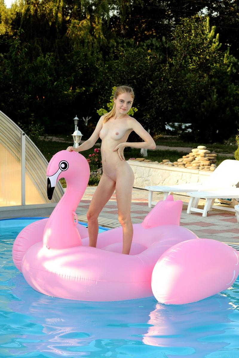 Ninfeta safada brincando na piscina peladinha delicia