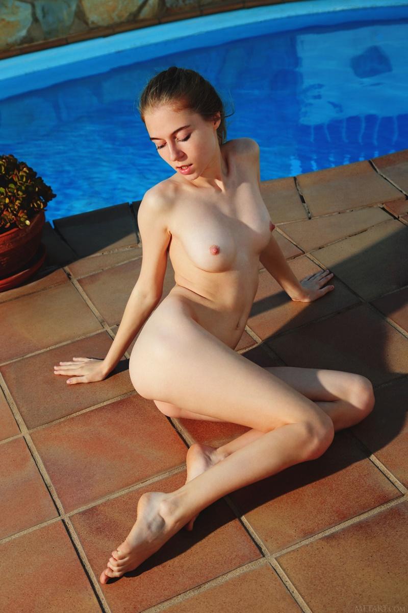 Ninfeta gostosa peladinha na piscina bem safada e sensual