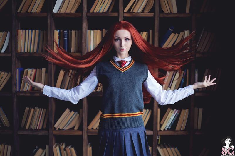 Sia Suicide Girls ruiva gostosa e safada fazendo cosplay do filme Harry Potter