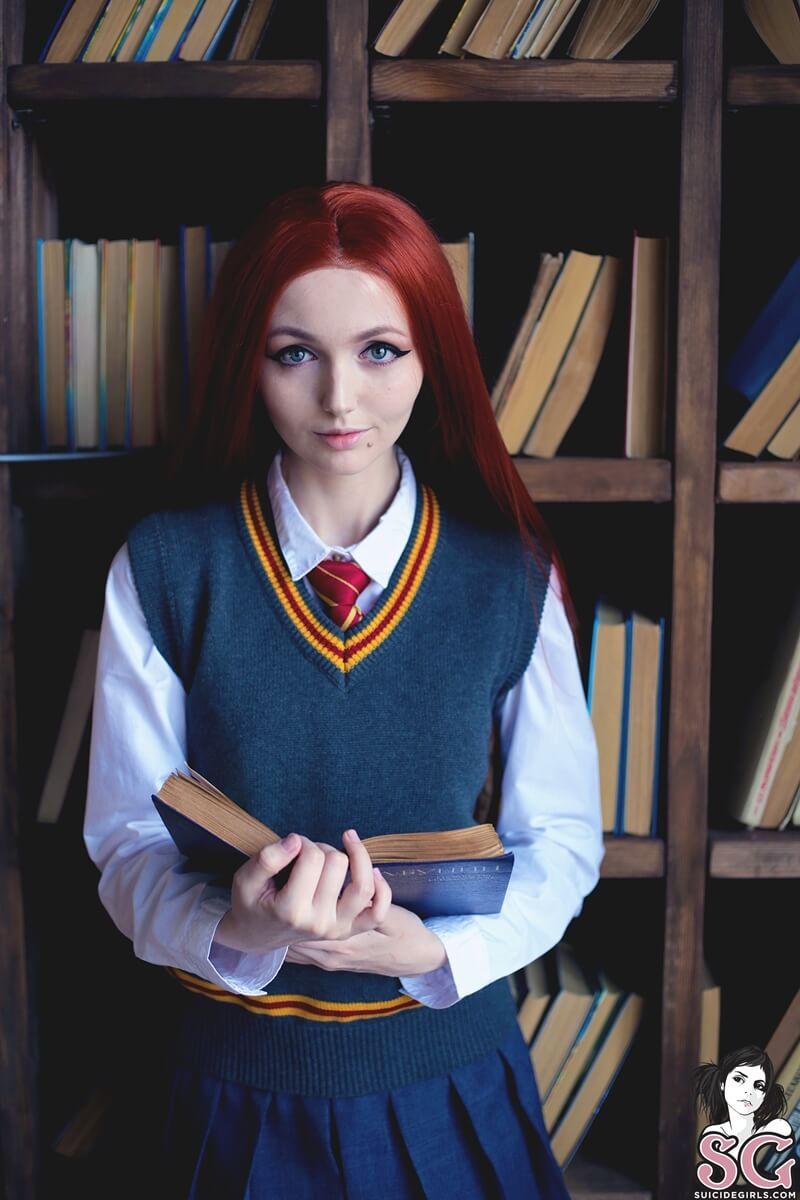 Ruiva gostosa e safada fazendo cosplay do filme Harry Potter