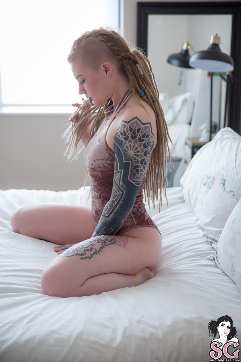 Sierhaus Suicide Girls loira rabuda sensual muito gostosa peladinha na cama