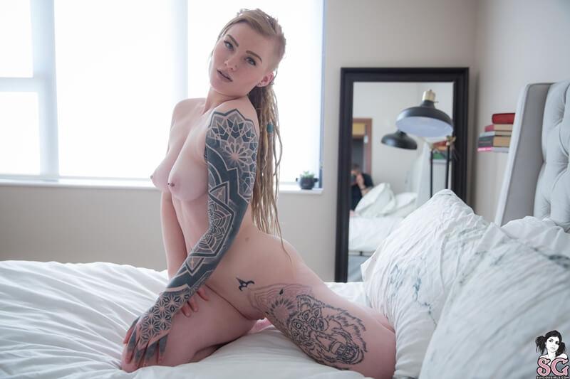 Loira rabuda sensual muito gostosa peladinha na cama