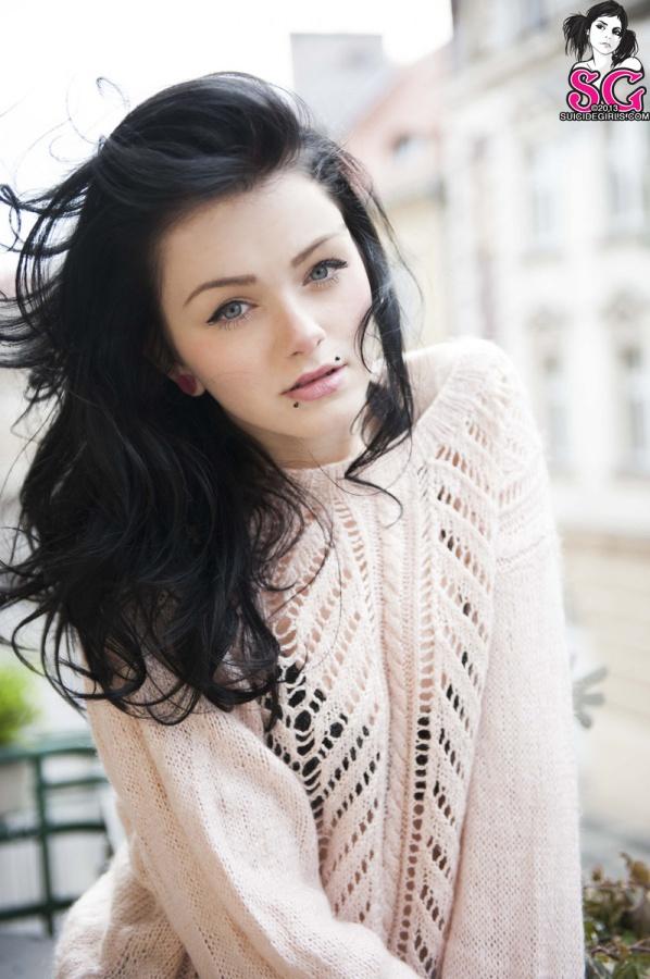 Sinni Suicide Girls morena da pele clarinha tatuada peitinhos perfeitos