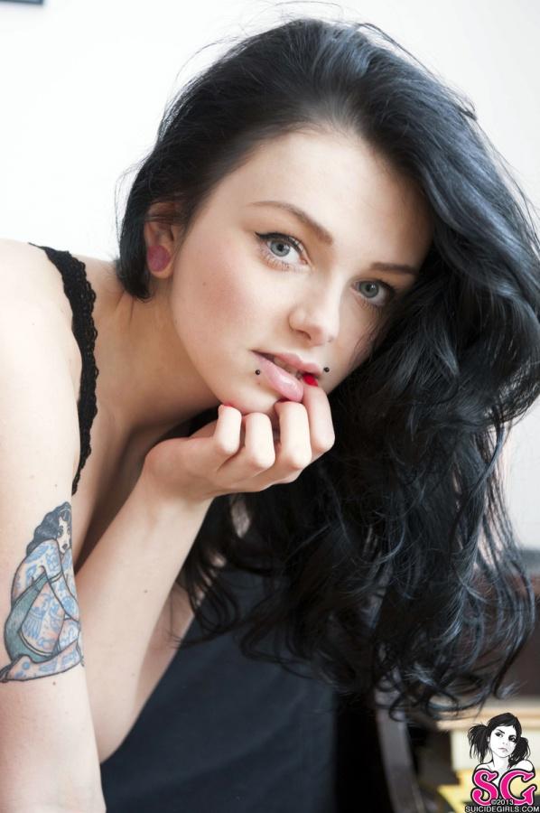 Morena da pele clarinha tatuada peitinhos perfeitos