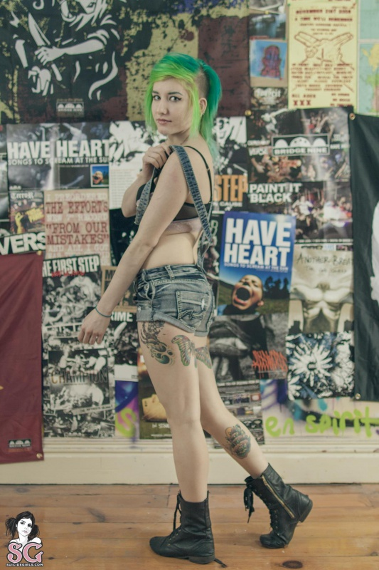 Delicinha tatuada com piercings nua