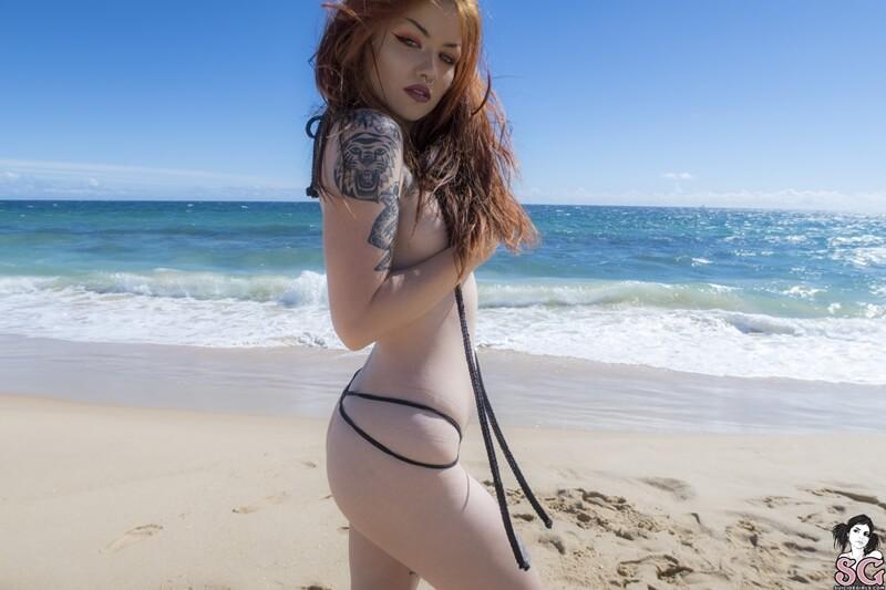 Skyeblu Suicide Girls ruiva peituda pelada na praia mostrando a buceta bem tesuda