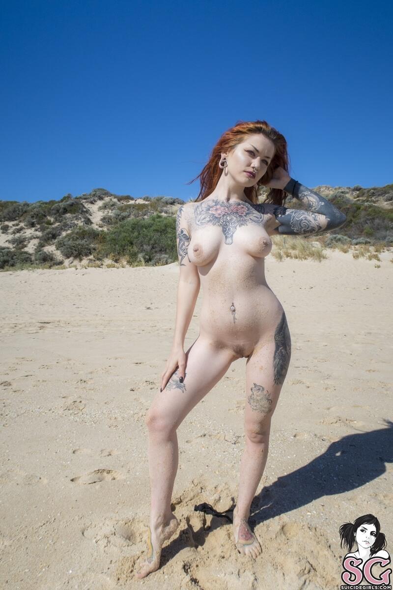 Ruiva peituda pelada na praia mostrando a buceta bem tesuda
