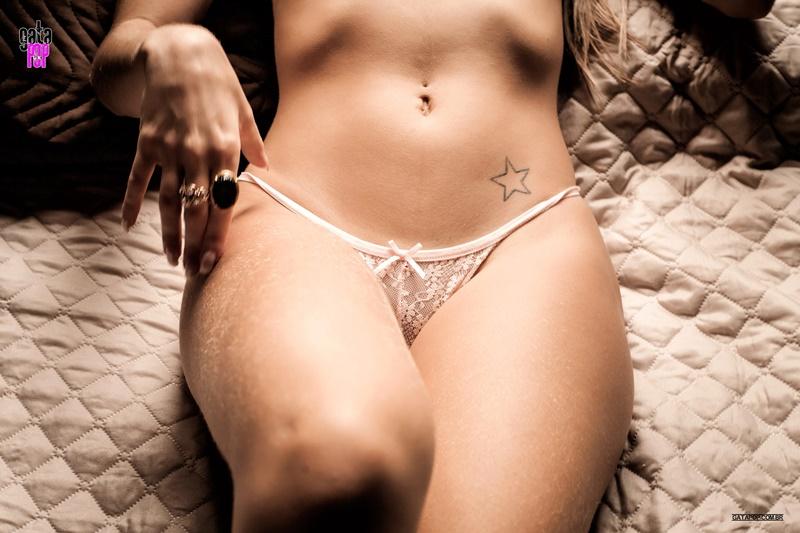 Morena gostosa capa da sexy peladinha com um bundão