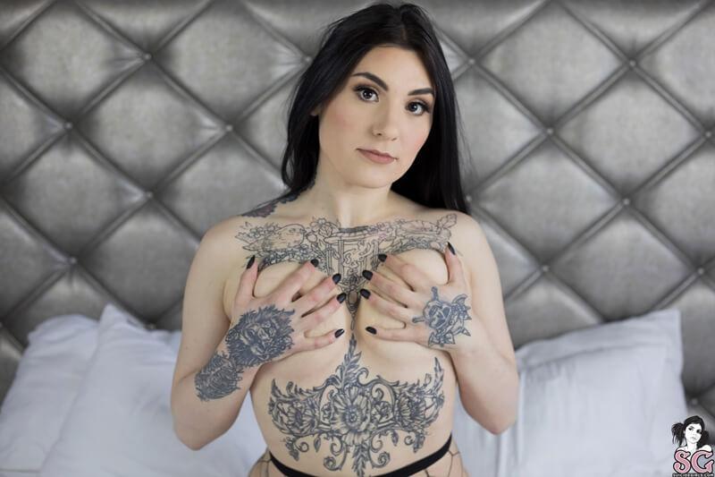 Summersin Suicide Girls morena peituda bem safada de lingerie sexy muito gostosa
