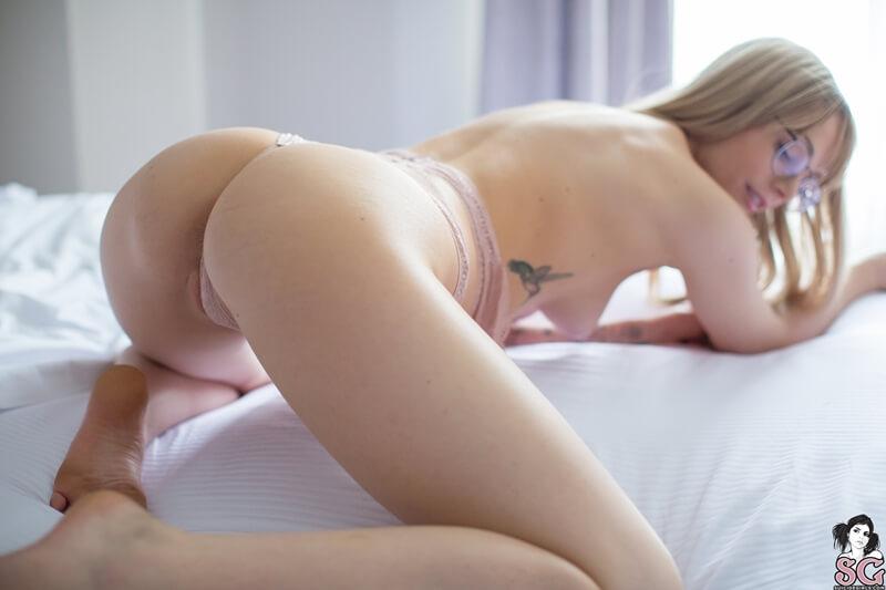 Ninfeta gostosa e sensual tirando a roupa bem safada delicia