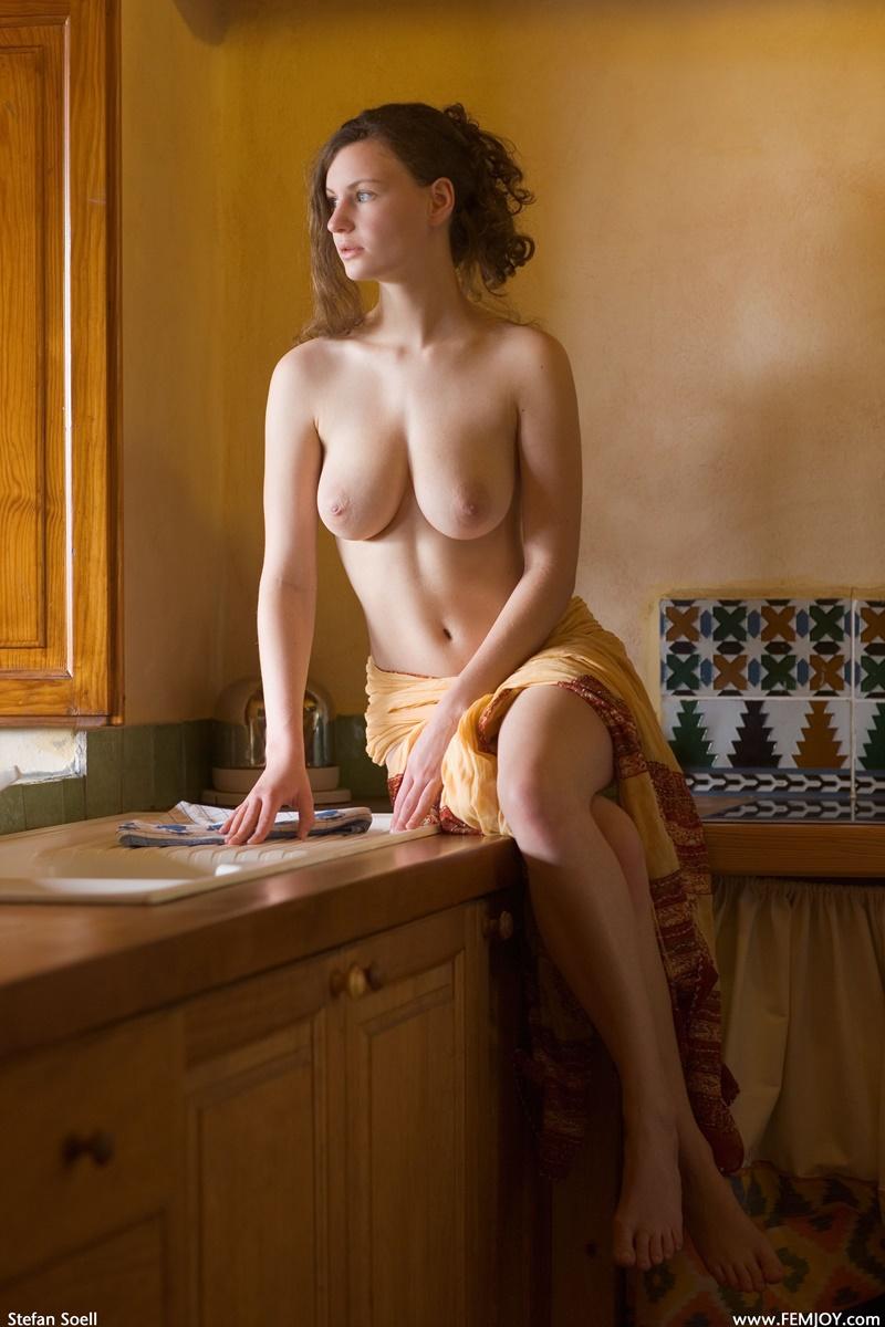 Gostosa peituda e safada tirando a roupa com tesão muito lin