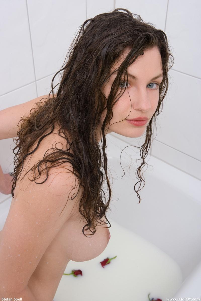 Morena safada tomando banho de banheira e se masturbando