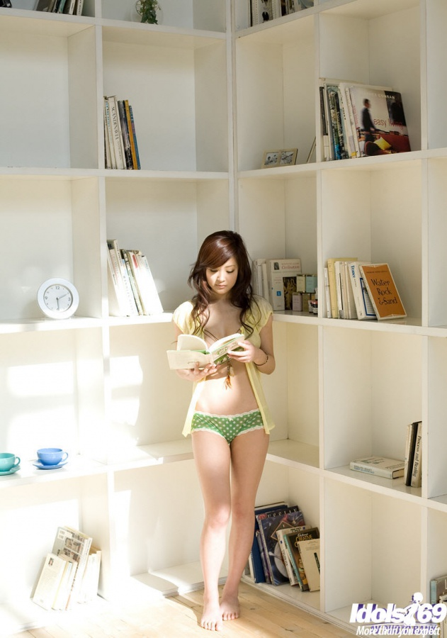 Suzuka Ishikawa gatinha muito gostosa com uma bela bundinha.