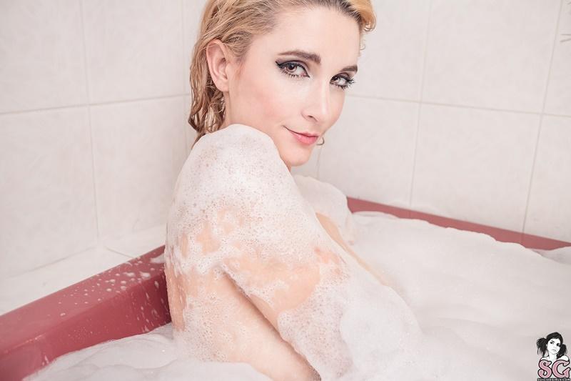Loira sensual e gostosa peladinha tomando banho delicia