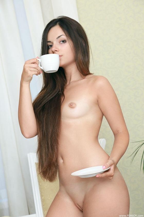 Valensia uma moreninha ninfeta tomando café