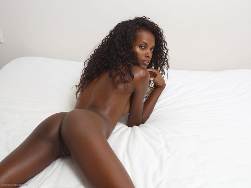 Valerie negra safada e gostosa mostrando a bucetinha ninfeta