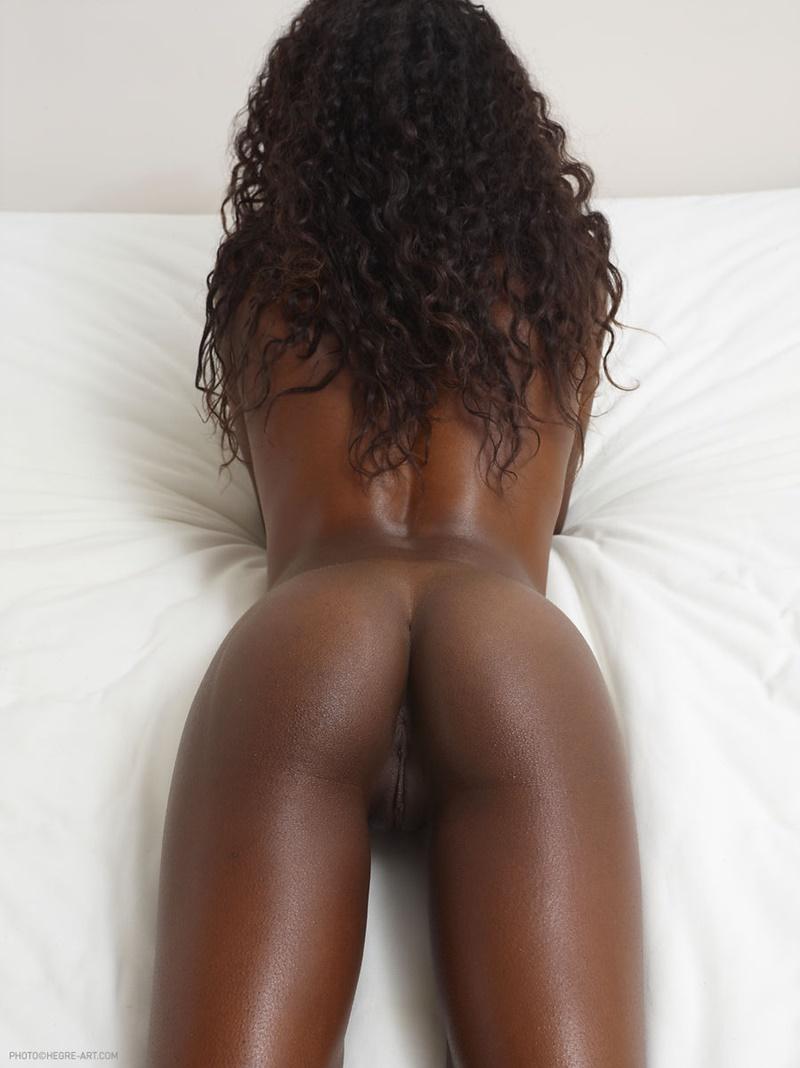 Negra safada e gostosa mostrando a bucetinha ninfeta