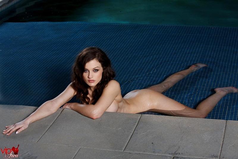 Valerie Vixen morena linda e gostosa peladinha na piscina safada