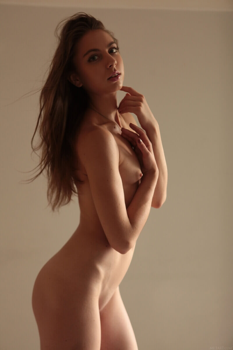 Magrinha sexy e safada de vestido mostrando os peitinhos