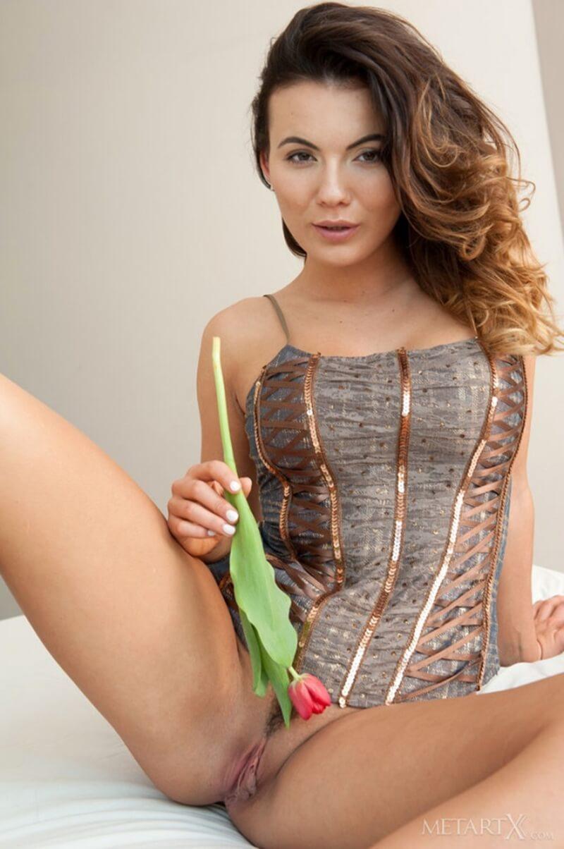 Vanessa Decker morena muito linda com seios perfeitos e uma bunda maravilhosa.
