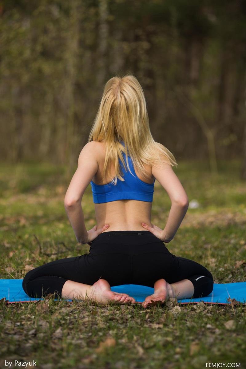 Loira gostosa fazendo yoga pelada no parque delicia de mulhe