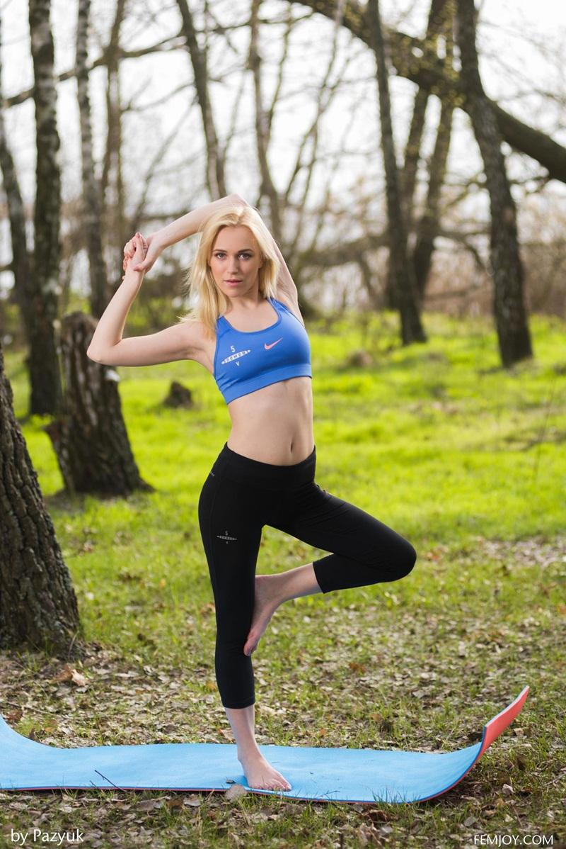 Vika P loira gostosa fazendo yoga pelada no parque delicia de mulhe