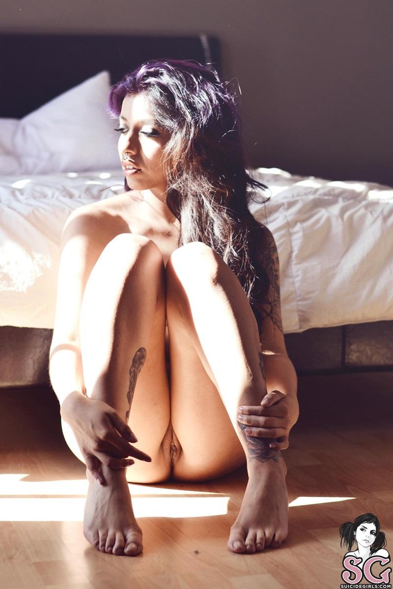 Indiana tatuada perfeita cabelos longos roxo gostosa de mais