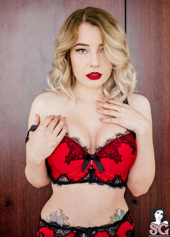 Vinture Suicide Girls loira gostosa de lingerie vermelha muito sexy