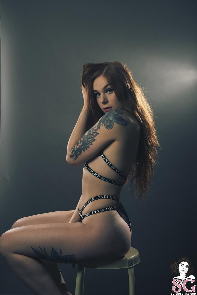 Zoemarie Suicide Girls ruiva rabuda muito gostosa e sensual com tesão peladinha