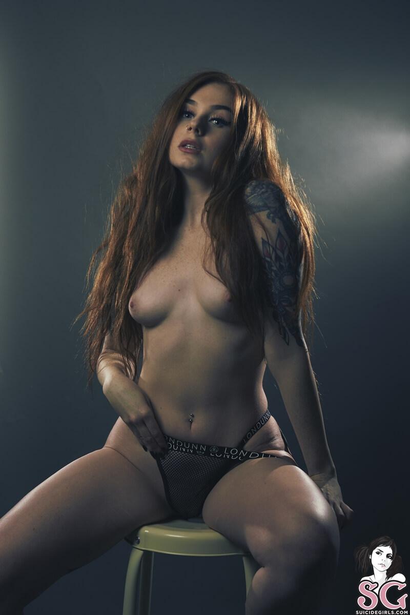Ruiva rabuda muito gostosa e sensual com tesão peladinha